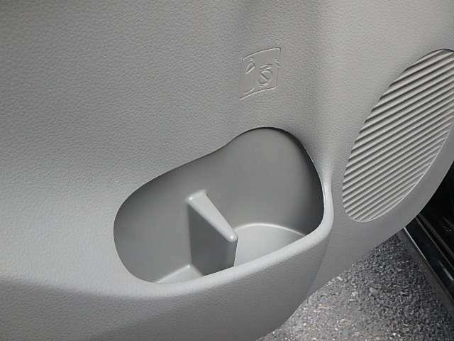 ロングドライブには欠かせない、カップホルダー付です。飲み物をこぼす心配がなくなりますよね。