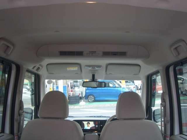 ホワイトベージュの車内は柔らかく優しいイメージです。