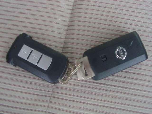 インテリジェントキー付き。キーを持っているだけで、ドアハンドル横のボタンを押すとドアの施錠・開錠が行えます。そのままキーが車内にあればエンジンがかかるので、キーはバッグの中でOKです。