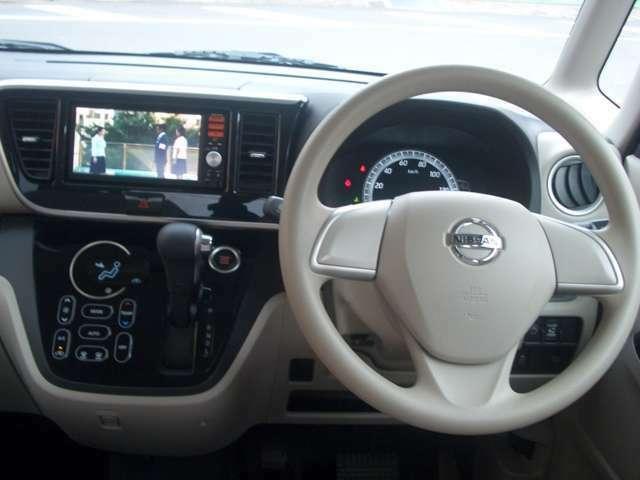 ハンドルに近い位置で運転席からも見やすく操作しやすいインパネシフト。タッチパネル操作のエアコンもオシャレです。