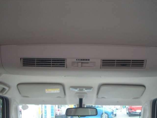 リアエアコン付。後席にも独立したエアコンが設置されているので風量調節が別々にできますよ!