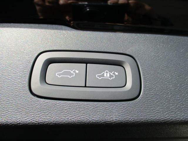 パワーテールゲート(ハンズフリーオープニングクロージング機構付)で両手がふさがった状態でも開閉可能です。