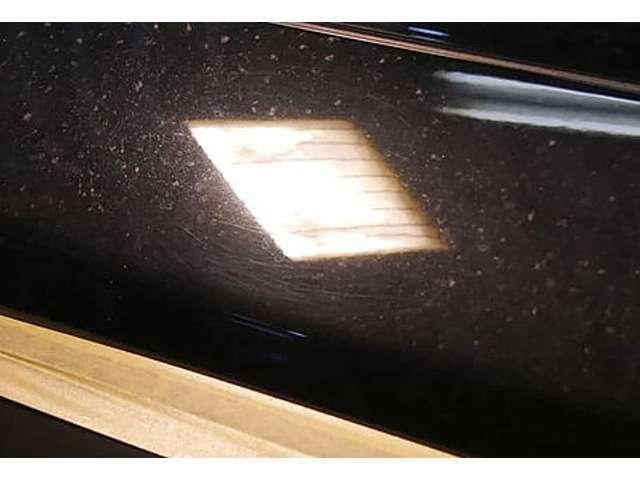 【BEFORE】 洗車で付いた線傷などでせっかくのおくるまがくすんで見えることも・・・