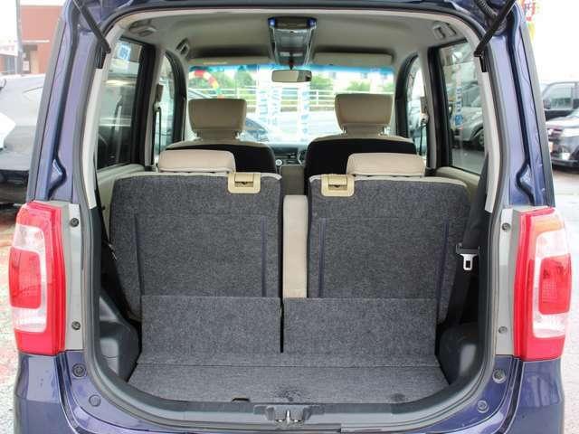 荷室も広々♪後部座席を倒して大きな荷物を積むこともできます!