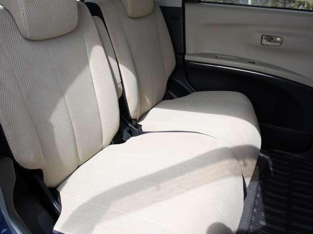 後部座席も広々でシートのリクライニングも可能です!