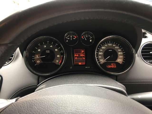 メーター中心のオンボードコンピューターで車両設定などの状態を確認できます。