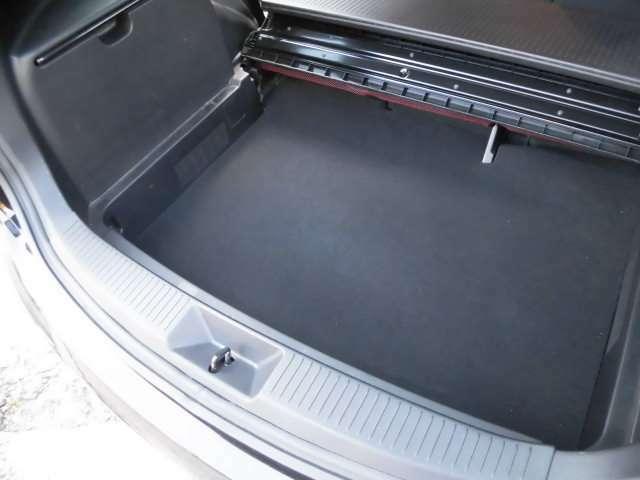 ラゲッジボードを開ければ床下収納スペースが現れます^^タイヤは4本新品に交換して納車致します^^