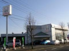 福島県伊達市の国道4号線沿いにあるホンダカーズ伊達中央伊達店です!4号線を挟んで向かい側に中古車展示場がございます^^
