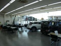 平成30年10月に店内をリニューアルオープン致しました。広々としたショールームは明るく、居心地の良い空間となっております。