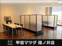 快適な待合スペース♪ドリンクサーバーも完備★★ カフェのようなスペースでゆっくりとおくつろぎ下さい(^-^)