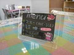 店内の写真です。無料で温かいお飲み物、冷たいお飲み物をご用意しております。