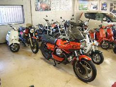 バイクも扱ってます。バイク好きがお店にたくさん集まります。