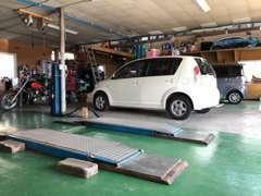 【本店】2台のリフトで国家整備士が車検・修理はもちろん♪納車前整備やご購入後のアフターメンテナンスを実施致します。