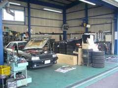 当店には整備スペースはありませんが、提携の整備工場があります。ベテラン整備士による安心整備で納車時も購入後も安心です!