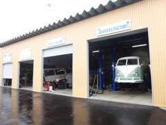 認証工場取得済の工場にはリフト2基が御座います。普通車はもちろん空冷の整備専任者がおります
