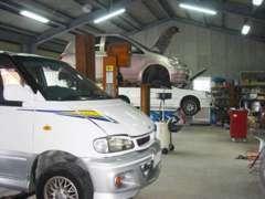四国運輸局長指定工場です。車検はもちろんのこと、板金工場も併設しております!