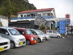 本社と併設する乗用車の展示場になります。営業時間 8時30分~18時30分(日曜・祝日は17時30分まで)