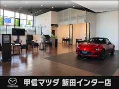 ・清潔感ある明るい店内!!話題のお車など展示しております。お家にいる気分で商談して頂ければと思います!