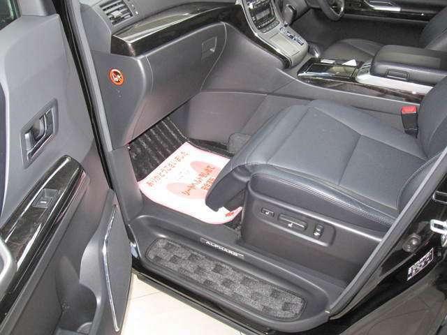 助手席シートにはオットマンが装備で、長距離ドライブも快適に過ごせます