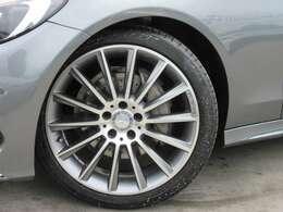 純正AMG19インチアルミになりガリキズも無く綺麗です♪ スポーティなスポークデザインが特徴的ですね♪