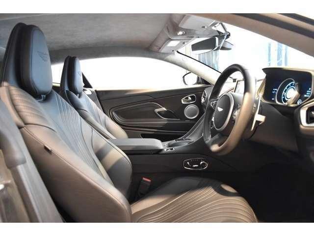 ヘッドライニングはテイラーズグレイのアルカンターラで仕上げられており、こちらの車両はカーペットカラーにもグレーを選択しております。