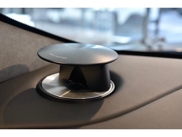 性能と品質のみならず、アストンマーティンとして譲れないデザイン性も兼ね備えたBang & Olufsenは心地よい音響空間を提供します。