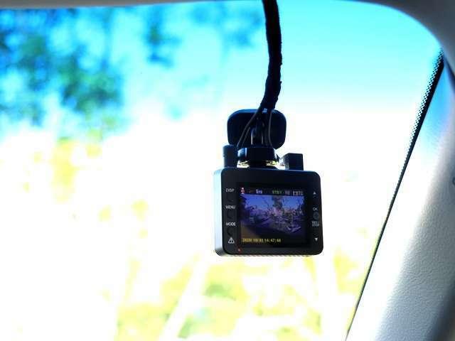 こちらのお車にはドライブレコーダーが装備しております!事故や当て逃げなどされたときに再度確認ができ証拠となるのが嬉しいですね♪使い方によっては旅の道中の景色も後で見ることもできます♪