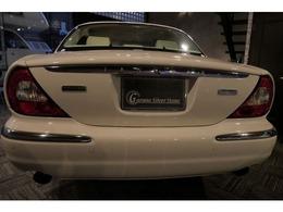 各認定中古車の検査でおなじみのAIS検定資格取得済みの当社スタッフが全てのお車の品質鑑定・検査を行い、全国から厳選されたこだわりの上質車のみを販売しております。