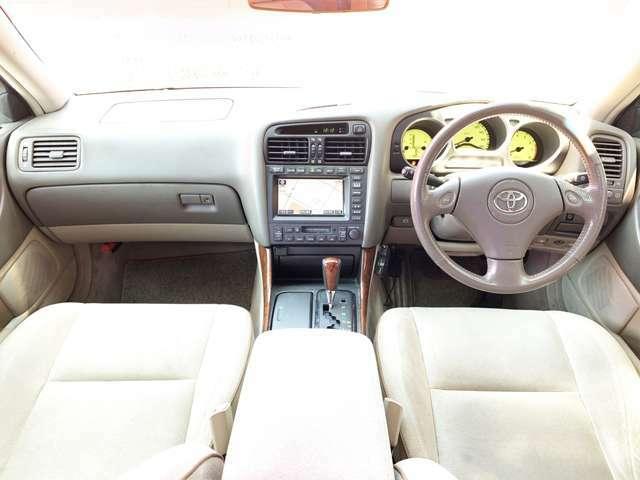 アイボリー色のシートが車内空間を明るく演出し、上質な車内空間となっています。上質でありながらも、随所にスポーティさを感じられます。