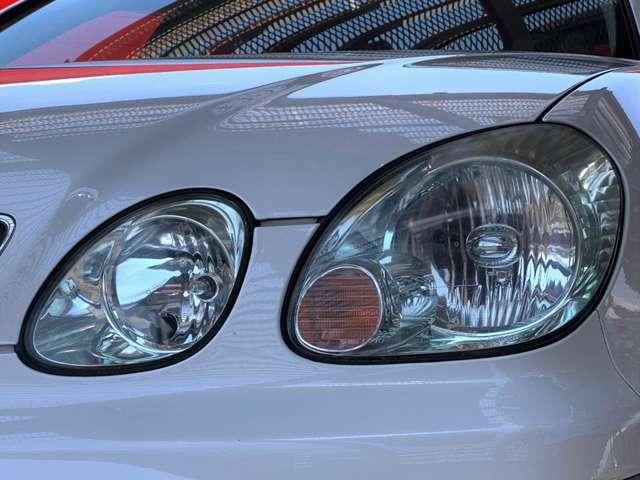 4灯のデザインが特徴的なLEDヘッドランプは立ち上がりが早く、素早く前方を明るく照らしてくれます。