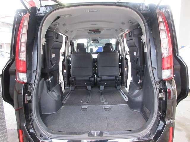 サードシートの跳ね上げで、より広いラゲッジスペースとなります。