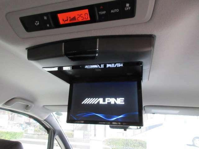 後席専用ALPINEフリップダウンモニター付で、長距離でも疲れを感じさせません。