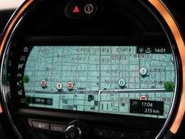 ●センター・ディスプレイ:ドライビング・モードを変えたり、アクセルを踏み込んだり、電話の着信、音楽のボリュームを上げるなど操作に合わせてその色を変化させます。