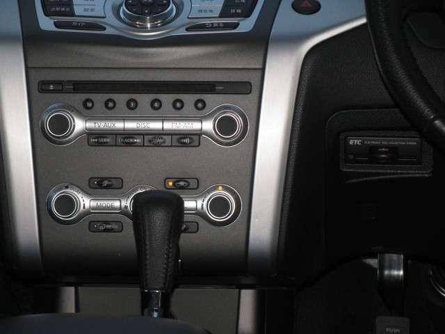オートエアコンが付いておりますので、エアコンなど温度調整だけで簡単操作に扱うことができます!さらに、運転席の方と助手席の方それぞれのお好みの調整もできます!