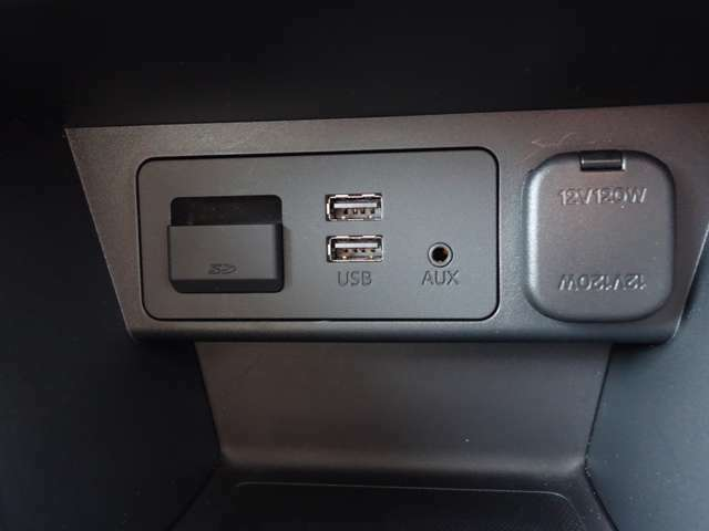 USBが2口ございますので、スマートフォンなどを充電することも可能です!遠出をするときは、特に充電は重宝しますよね☆