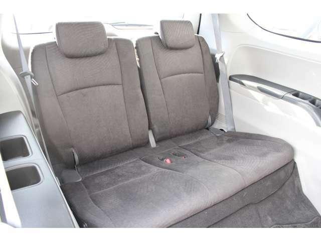 サードシートも気持ちよく乗って頂けるよう内装をきれいに仕上げました。