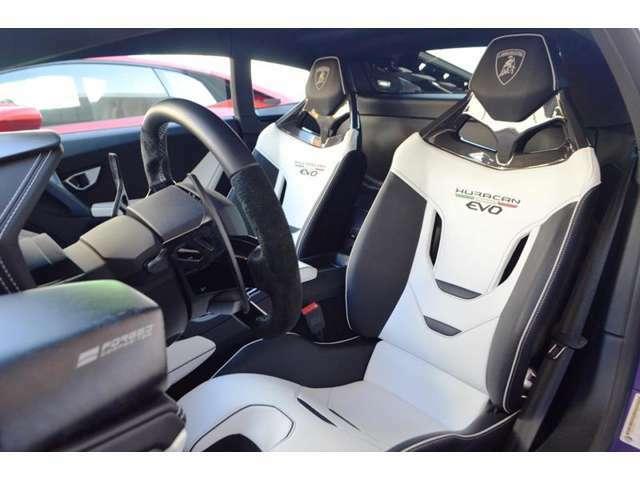 メーカーオプション:スポーツシートを装備しています。アルミとカーボンで出来たホールド性の高いシートです。座面高さ調整も可能です。 カーボン・インテリアを装備しています。