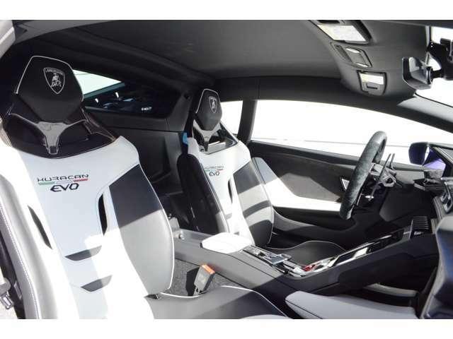 メーカーオプション:スポルティーヴォ・ビコローレ・インテリアとカラード・ステッチを装備しています。