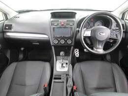 内装ブラック SUV特有の高めのアイポイントが魅力!左右フロントドアに三角窓が有り、死角を減らし、運転しやすいです♪