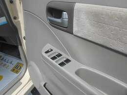 運転席ドア内側にはパワーウインドウスイッチがあります。異音などはなく正常に作動します。