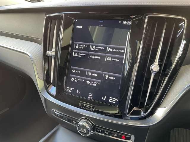 「車間距離警告機能」「レーンアシスト」「パークアシスト」など枚挙に暇がないボルボの予防安全装備群。その作動状況はワンタッチのガイド表示により一目で確認可能です。