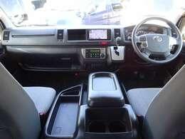 6速AT/Wエアバッグ/ABS/スマートキー/イモビライザー/VSC(横滑り防止機能)/電動格納式ドアミラー/純正ETC/フロントオートエアコン/リヤクーラー/リヤヒーターが装備されています。