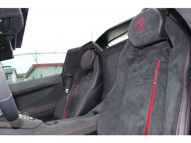 シートは、ピレリエディションのアルカンターラ×ブラックレザーになっております。ブランディングPKGも装備!純正のシートの上に、同じデザインでシートカバーを作成し、装着されております。