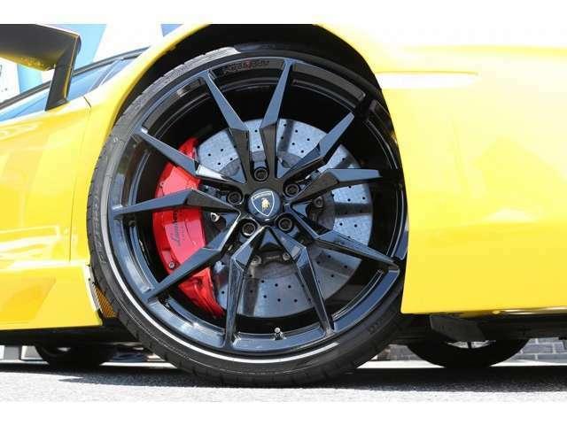 純正ホイール!Fr:255/30R20 Rr:355/25R21 タイヤはもちろんピレリタイヤを装着しております。純正カーボンブレーキ(キャリパーレッド)装備しております。