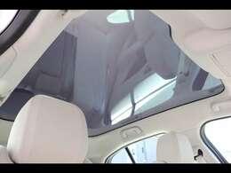 後席まで広がるパノラミックルーフは遮るものがなく、後席からもでも解放感たっぷりの仕様です。車内に明るい日差しを取り入れます。I-PACE専用のサンブラインドを別途販売しているのでご安心ください。