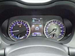 昼夜を問わず視認性に優れたファインビジョンメーター採用。さまざまな車両情報や燃費情報・走行可能距離なども表示するメーター内5インチカラーディスプレイを採用。