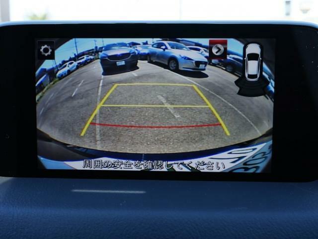 バックカメラの映像はナビへと映し出されます。大きな画面で確認ができて安心です!左ドアミラーにはサイドカメラを標準装備しています。運転席からでは確認が難しい左フロントタイヤ近辺をモニターへと映し出します
