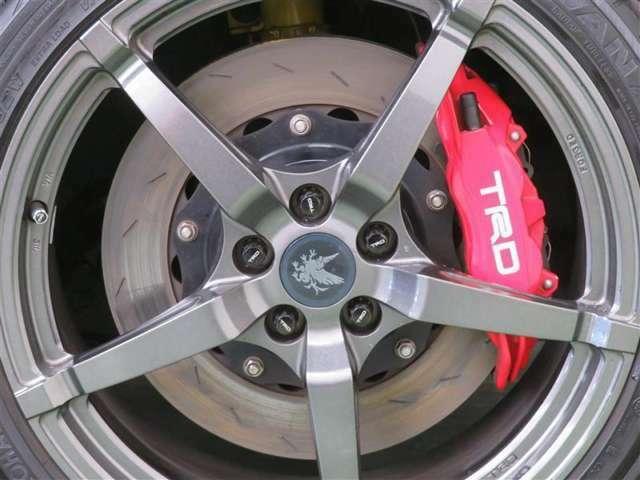優れた剛性の18インチ鍛造アルミホイール、さらに制動性を高める専用ブレーキキット採用。