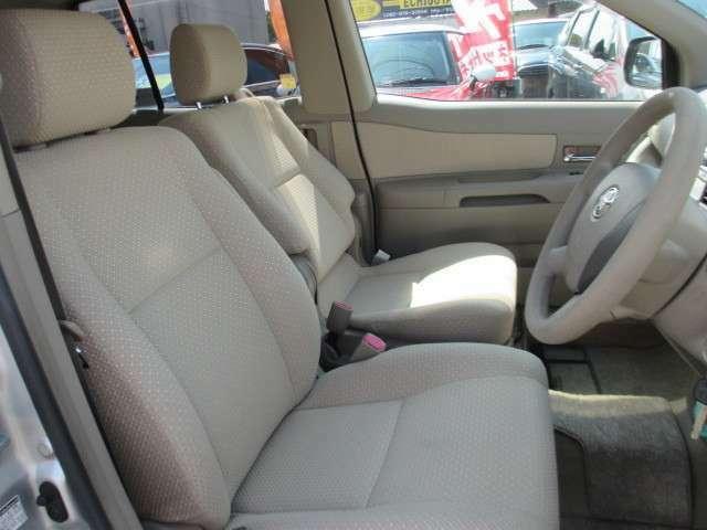 シートの隙間、座席下など細かい部分も徹底清掃しております。