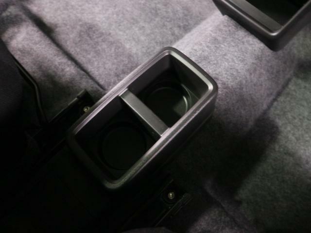 運転席と助手席の間にはドリンクホルダーがあり便利です☆